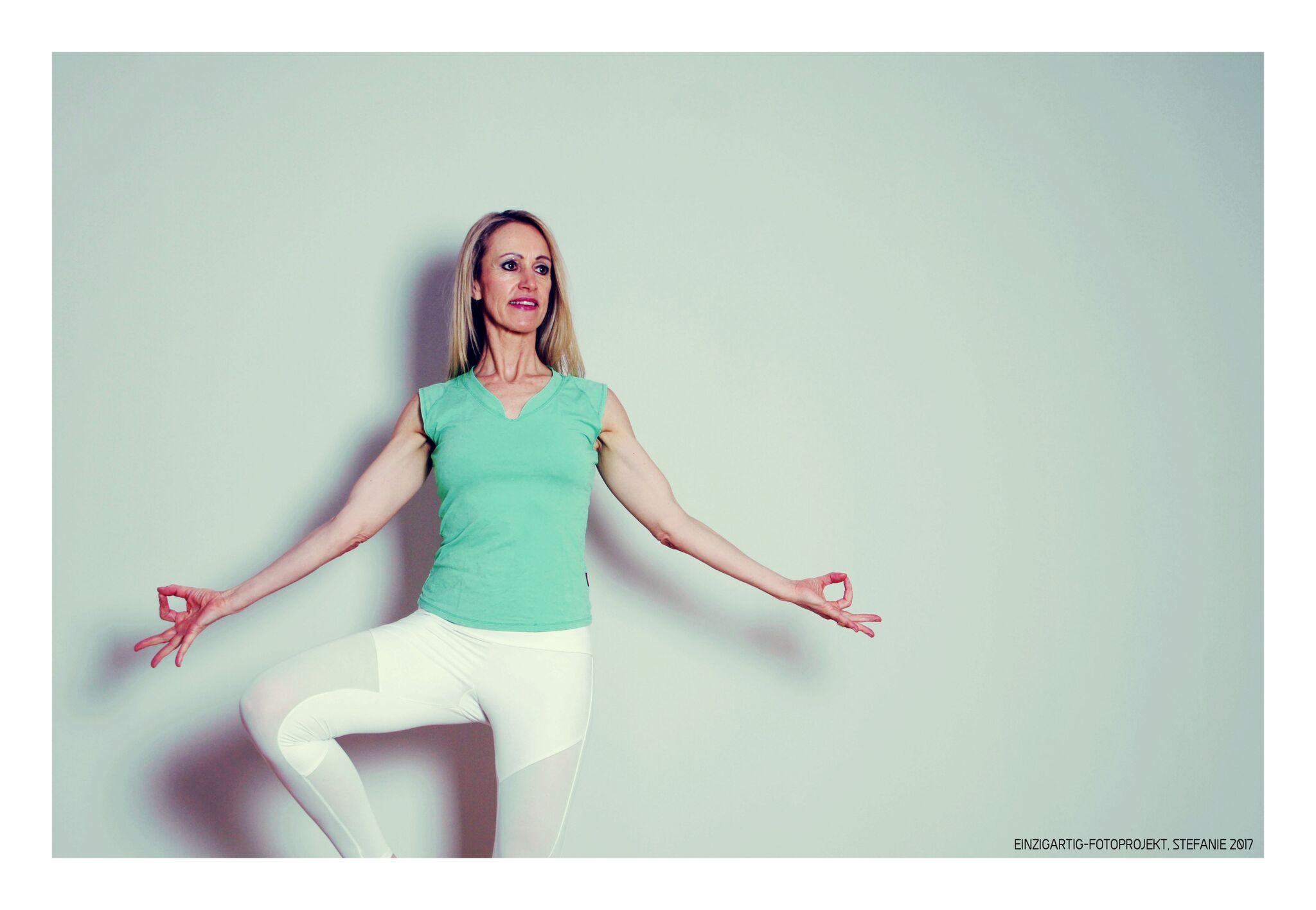 Yoga bietet aktive Entspannung und Erholung durch Asanas.